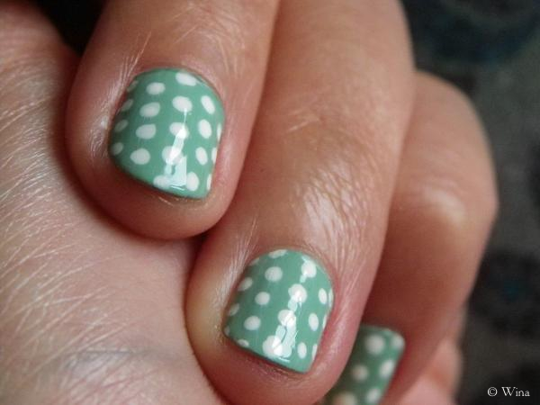 polka dots nails 2 © Wina